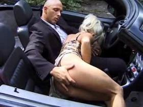 Sexy mom with pierced pussy doing slurp job in car